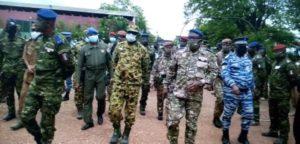 Le chef dEtat major des armées ivoirienne en compagnie de son homologue burkinabé