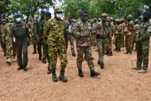 Le général Doumbia Lassana et son homologue burkinabé au front